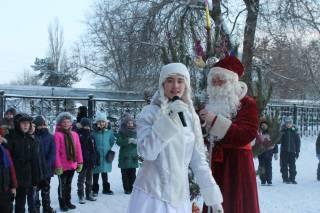 Новогоднее путешествие Деда Мороза и Снегурочки по нашему городу продолжается.